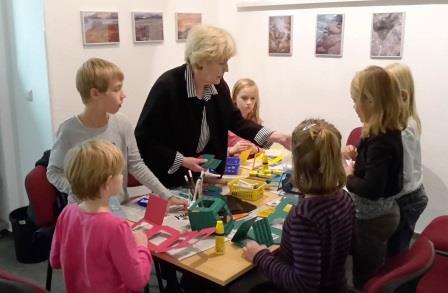 Heidemarie Rüstig beim Basteln mit Kindern (Lange Nacht der Familie 2015)