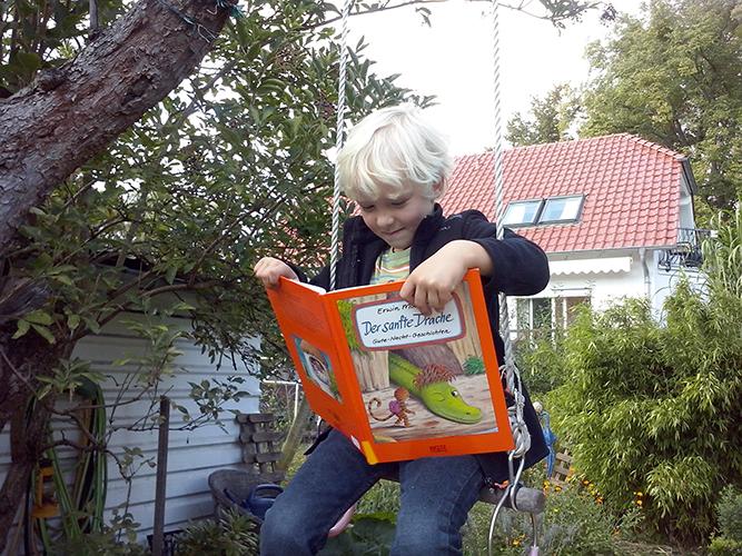 Emil auf der Schaukel