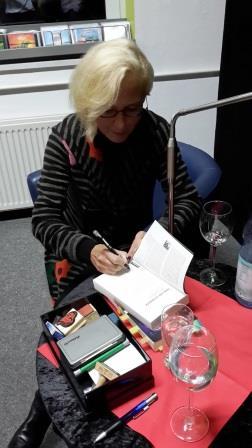 Franziska Steinhauer mit ihrem speziellen Signierkästchen