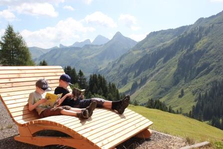 Leserunde für Jungs in den Bergen